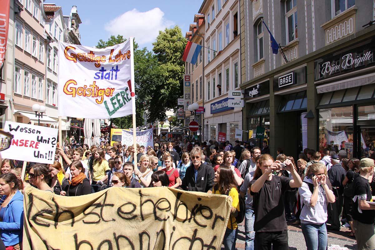 Protestierende Studenten ziehen durch eine Innenstadt wegen der geplanten Studiengebühren in 2005
