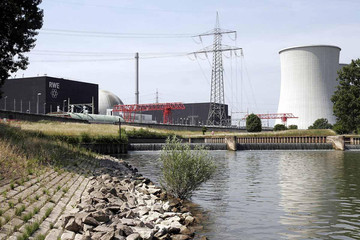 Deutschlands Atomkraftwerke: KWB Biblis Block A vom Fluss aus gesehen.