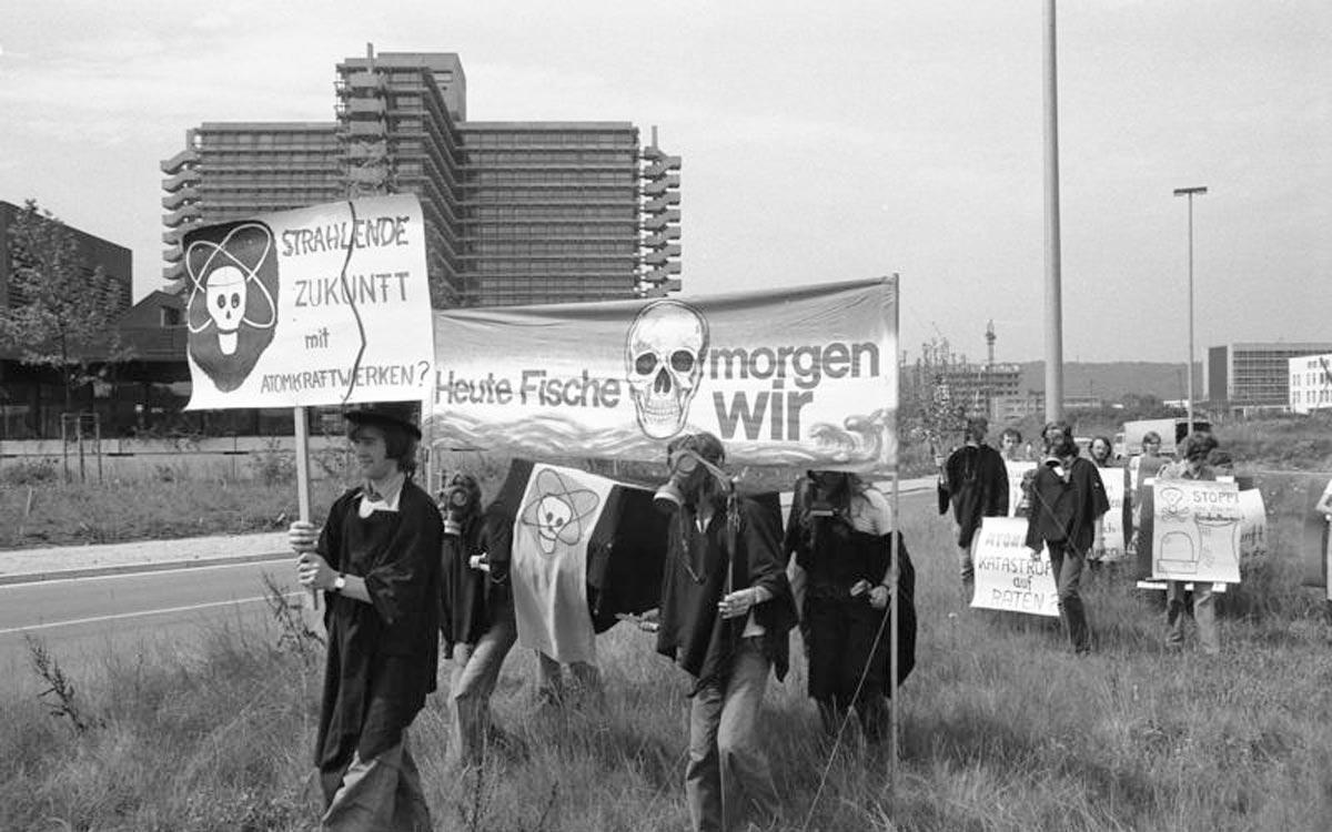 Demonstration gegen Atomkraftwerke und Kernenergie in Bonn am 18. Juli 1975.