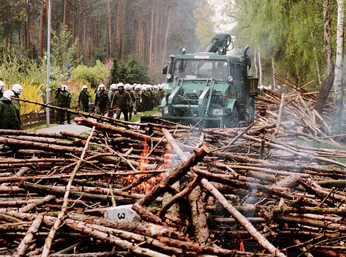 Beim Transport von Castor-Behältern nach Gorleben: 1996 räumt die Polizei eine Blockade aus Baumstämmen fort.