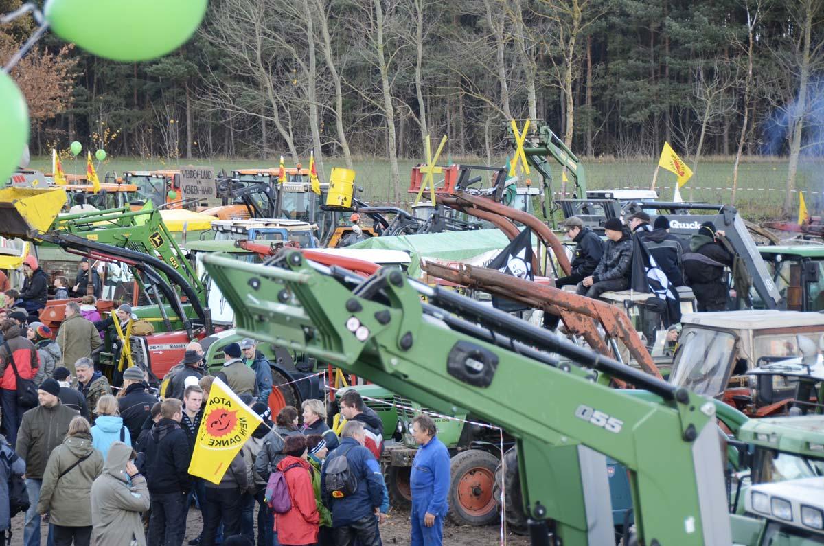 Anti-Atomkraft Demonstration: Sammelplatz der Bäuerlichen Notgemeinschaft Lüchow-Dannenberg zur Anti-Castor-Demonstration in Gorleben am 6. November 2010