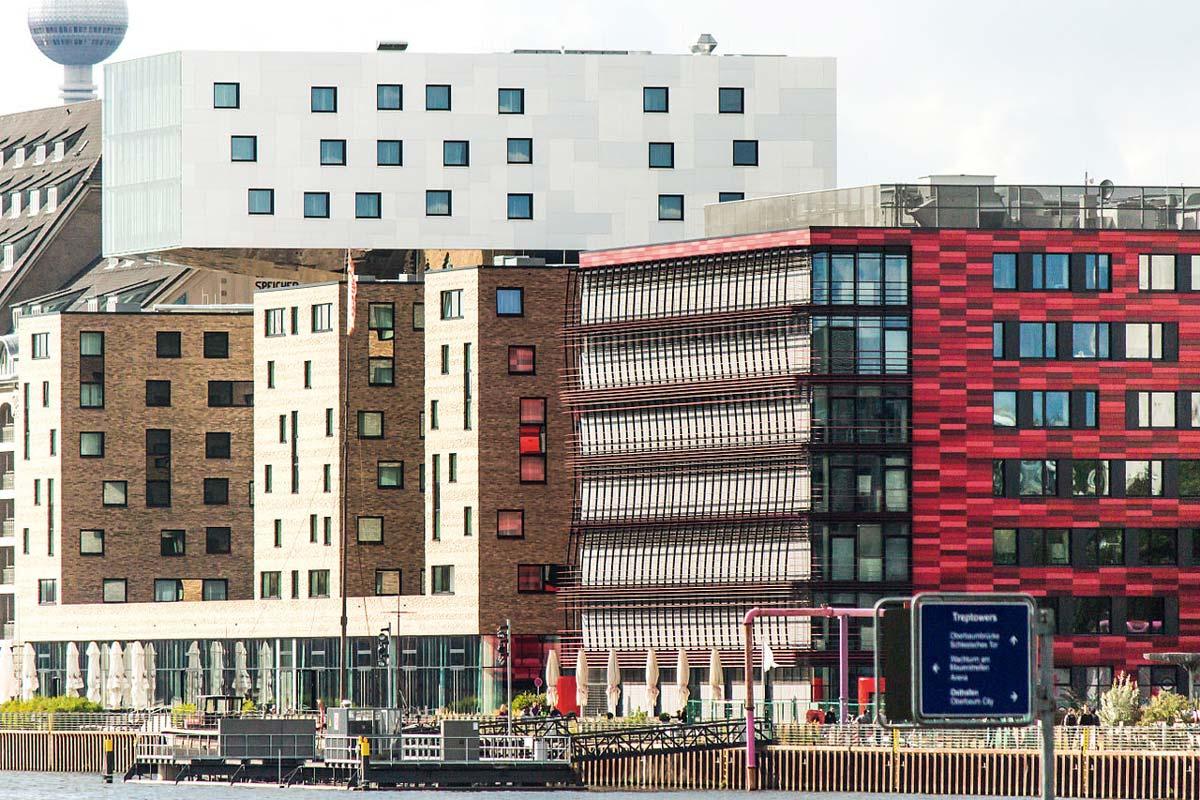 Blick von der Berliner Spree auf die neu entstandenen Immobilien von Unternehmen, die Zuschüsse vom Land Berlin erhalten haben.