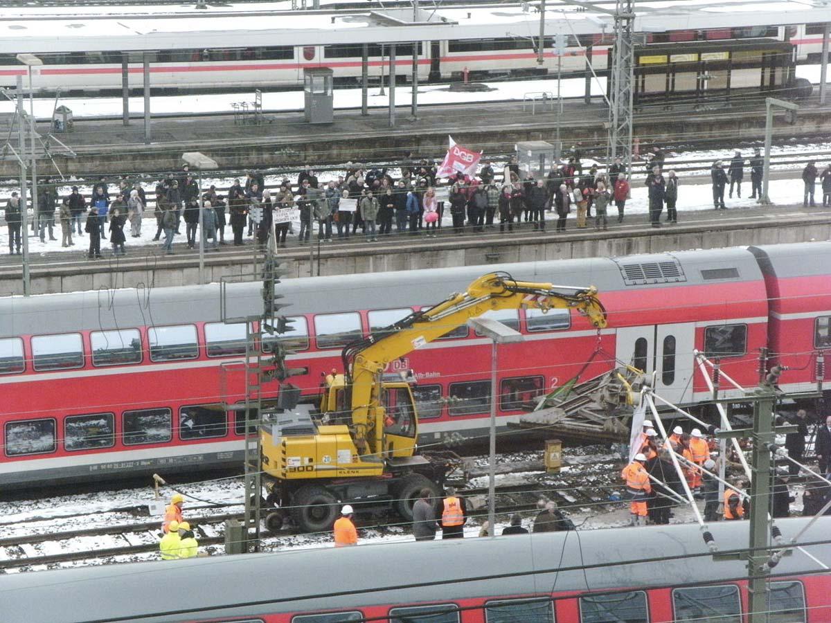 Bei der Prellbockanhbung für den Bahnhofsausbau Stuttgart 21 stehen zwei Regionalzüge als Schutz vor Demonstranten