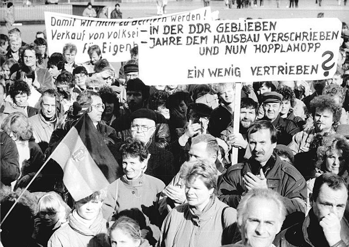 Demo am Alexanderplatz gegen Mieterhöhungen in Ost-Berlin in 1992