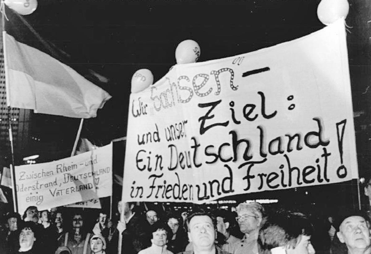 Montagsdemo in Leipzig im Februar 1990: Knapp hunderttausend Menschen versammeln sich, um ihre Absage an Egon Krenz und freie Wahlen zu fordern.