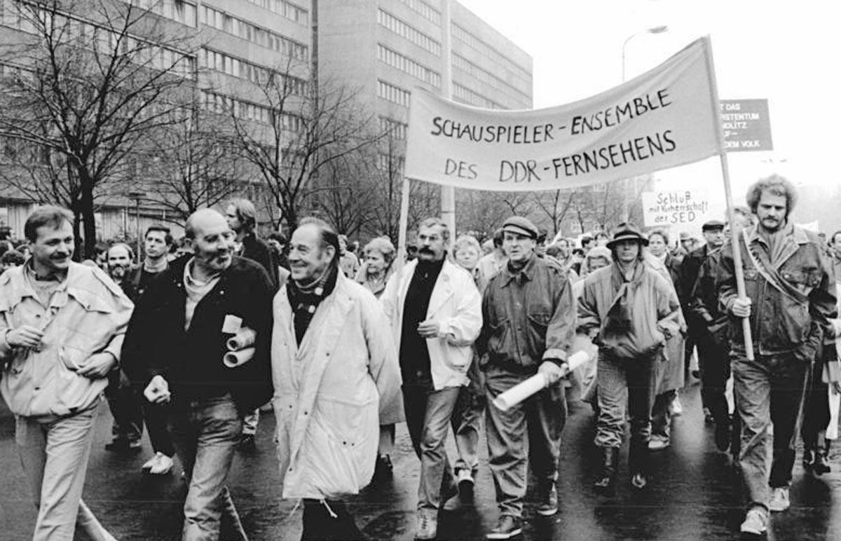 Ein Demonstationszug im November 1989 gegen Gewalt mit Herbert Köfer