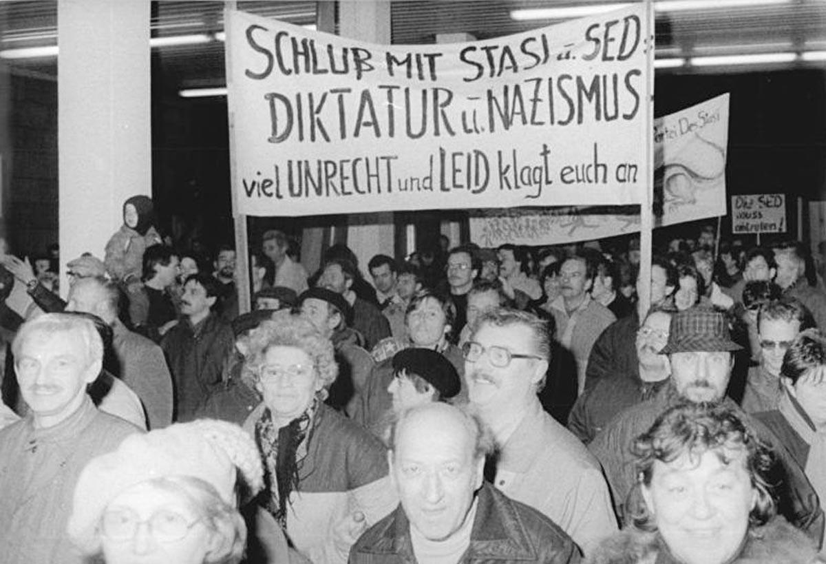 Die Stürmung der Stasi-Zentrale im Ost-Berliner Bezirk Lichtenberg wurde von 10.000 Demonstranten begleitet