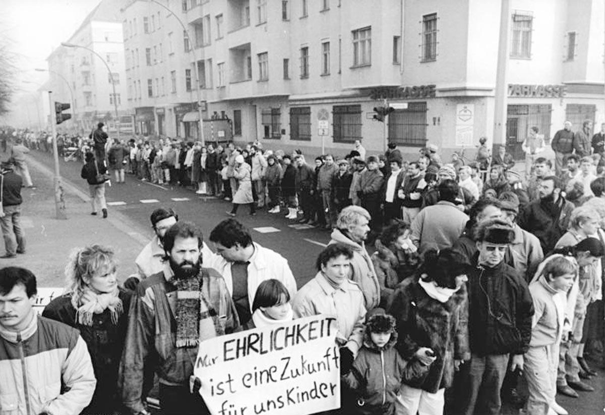 Im Dezember 1989 formt sich dirch die DDR eien gewaltige Menschenkette, hier in Ost-Berlin