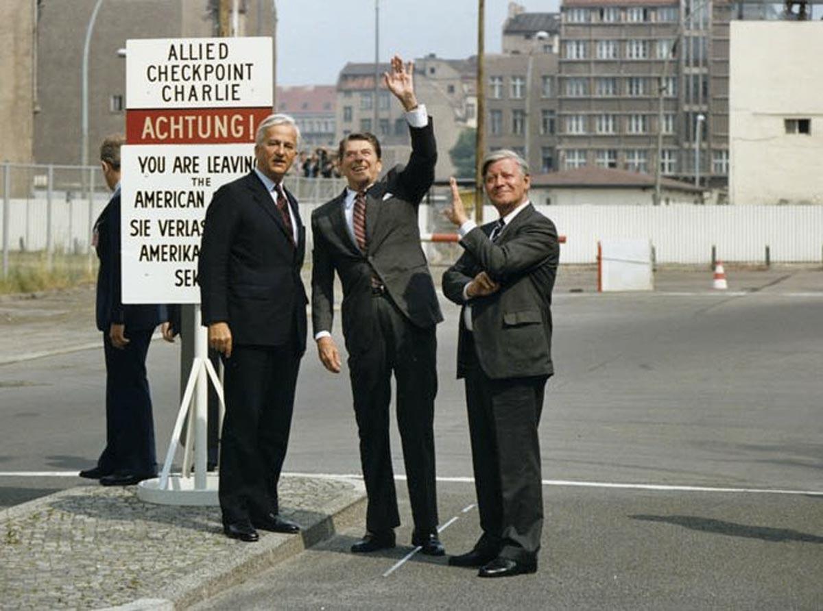 Anti-Reagan Demonstration in Berlin am 11. Juni in Berlin: US-Präsident Ronald Reagan gemeinsam mit dem Bundeskanzler Helmut Schmidt und dem regierenden Bürgermeister von Berlin Richard von Weizsäcker an der Berliner Mauer am Checkpoint Charlie.