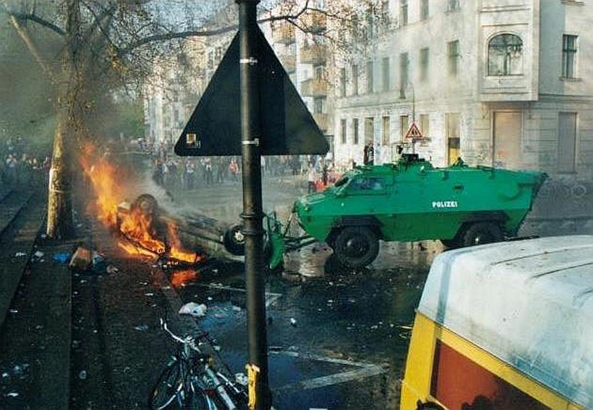 Ein Räumpanzer der Polizei schiebt ein angezündetes Auto am 1. Mai 2001 in Berlin-Kreuzberg weg.